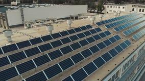 Sonnenkollektorinstallation auf dem errichtenden Handelsdach stock video