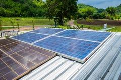 Sonnenkollektormacht-Energiealternative auf Dach Lizenzfreies Stockbild