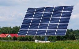 Sonnenkollektorstation zwischen Bäumen und Wiese Stockfotos