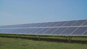 Sonnenkraftwerk auf Wiese stock video footage
