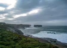 Sonnenlicht über den Klippen und den Landspitzen, Irland stockbild