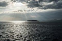 Sonnenlicht über der Insel Lizenzfreie Stockbilder