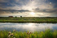 Sonnenlicht über Kanal und Weide lizenzfreies stockbild
