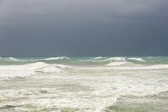 Sonnenlicht über stürmischen Wellen Lizenzfreie Stockfotos