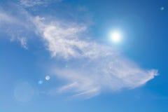 Sonnenlicht auf blauem Himmel mit Blendenfleck Lizenzfreie Stockfotografie