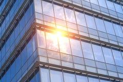 Sonnenlicht auf der Glaswand Stockbilder
