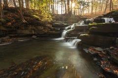 Sonnenlicht, das auf Wolf Creek Falls hinaufklettert Lizenzfreie Stockbilder