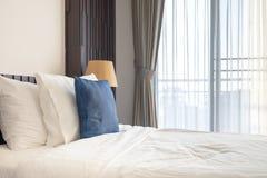 Sonnenlicht, das durch den Vorhang in das Schlafzimmer glänzt lizenzfreies stockfoto