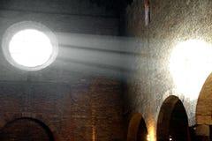 Sonnenlicht, das vom alten rosafarbenen Wind Christian Churchs hereinkommt Lizenzfreie Stockbilder