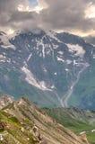 Sonnenlicht durch die Sturmwolken auf Gletscher Pasterze. Österreichisch stockfoto