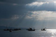 Sonnenlicht durch die Wolken, ein Fischerboot, lizenzfreies stockbild