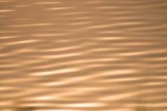 Sonnenlicht-Reflexion im Flussschwarzweiss-Ton Lizenzfreie Stockfotografie