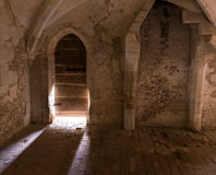 Sonnenlicht Streamng durch alte Tür von Englands Lacock-Abtei Lizenzfreie Stockfotos