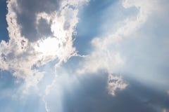 Sonnenlichtdurchlauf von den weißen Wolken Stockfoto
