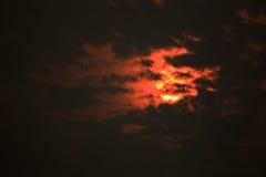 Sonnenlichtgeheimnis hinter dem grauen clound Stockfotos