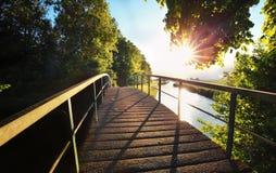 Sonnenschein über Brücke und Fluss Lizenzfreie Stockfotos
