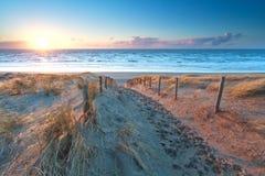 Sonnenschein über dem Sandweg zur Nordseeküste stockfoto