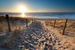 Sonnenschein über dem Weg, zum in der Nordsee auf den Strand zu setzen Stockfotos
