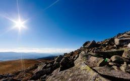 Sonnenschein über den Bergen Stockbild