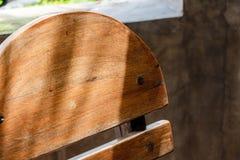 Sonnenschein auf Holzstuhl Stockbild