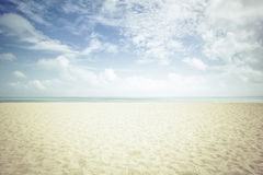 Sonnenschein auf leerem Strand Stockfotografie