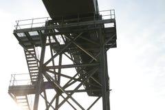 Sonnenschein durch Jobstepps der industriellen Förderanlage Stockfotos
