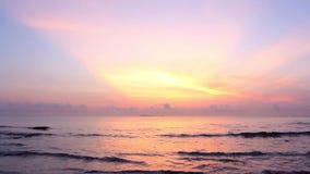 Sonnenschein morgens mit den Meereswellen langsam das Spritzen auf dem Sand Ruhige idyllische Szene des tropischen Strandes stock video