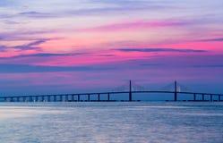 Sonnenschein Skyway-Brücke an der Dämmerung Lizenzfreie Stockfotografie