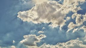 Sonnenschein und blauer Himmel Stockbild