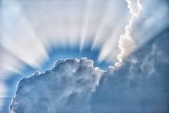 Sonnenscheinfan hinter einer Wolke im Himmel Lizenzfreies Stockbild