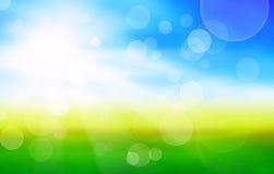 Sonnenscheinfrühlingshintergrund mit grünen Feldern Lizenzfreies Stockbild