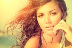 Sonnenscheinmädchen auf dem Strand lizenzfreie stockfotografie