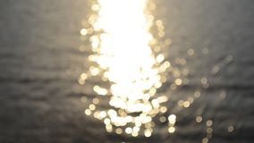 Sonnenscheinreflexion auf abstrakter Blinkenbewegung der Ozeanoberflächenunschärfe stock video footage