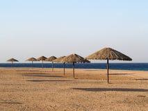 Sonnenschirm auf dem Jordanien-Strand Stockfotos