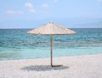Sonnenschirm auf der azurblauen Küste Stockfotos