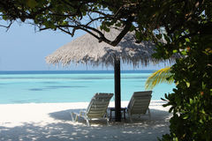 Sonnenschirm auf Malediven-Strand Stockfoto