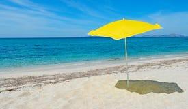 Sonnenschirm durch das Meer Lizenzfreies Stockbild