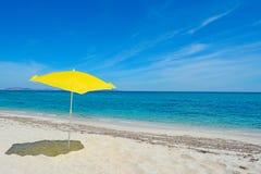 Sonnenschirm durch das Meer Stockfotos