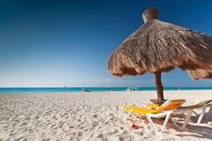 Sonnenschirm in karibischem Meer Stockbild