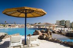 Sonnenschirm und Liege im Hotel Lizenzfreies Stockfoto