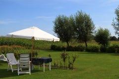 Sonnenschirm- und Möbelgarten Stockfotos