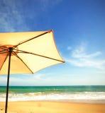Sonnenschirm unter den Wellen Stockfotografie