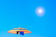Sonnenschirm unter einer glänzenden Sonne Stockbild