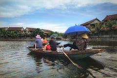 Sonnenschirmboot Fluss-Hanois Vietnam stockfotografie