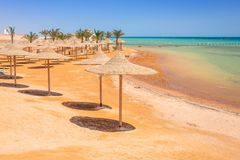 Sonnenschirme auf dem Strand von Rotem Meer in Hurghada Lizenzfreie Stockfotos