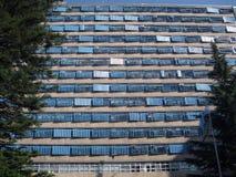 Sonnenschirme auf Fassade Stockbild