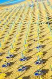 Sonnenschirme auf Seestrand Stockfoto