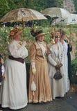 Sonnenschirme, Hüte und lange Kleider Stockfotografie