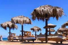 Sonnenschirme und Ruhesessel in einem lido Lizenzfreie Stockfotos