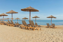 Sonnenschirme und Sonnenruhesessel auf dem Strand Stockfoto